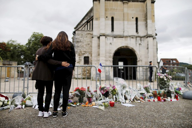 Des gens se recueillent près de l'église de... (AFP)