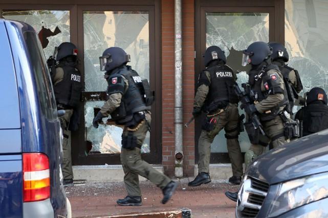 Des membres des forces spéciales entrent dans un... (PHOTO AFP)
