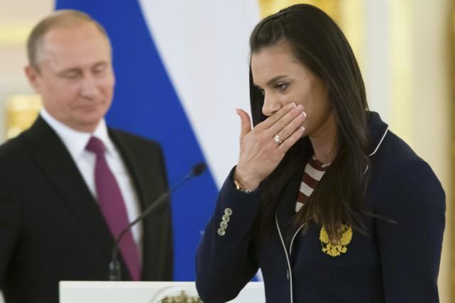 Retenant ses larmes, la perchiste russe Yelena Isinbayeva,... (AFP, Alexander Zemlianichenko)