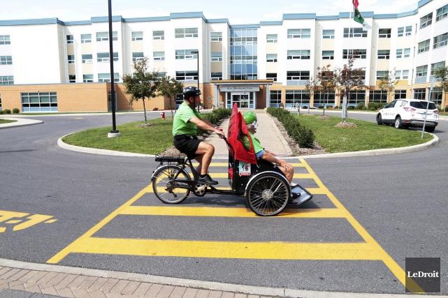 Le bénévole Robert Séguin se balade à vélo... (Etienne Ranger, LeDroit)