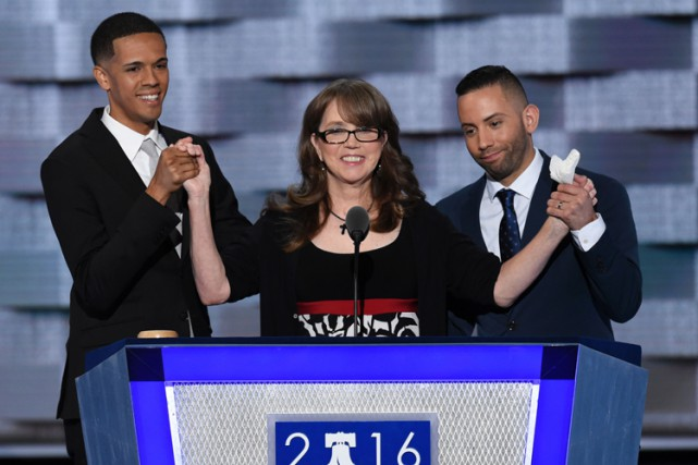 Christine Leinonen est entourée de deux survivants de... (PHOTO AFP)
