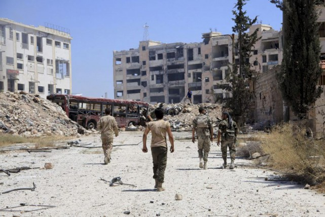 Des soldats syriens patrouillent à Alep.... (PHOTO GEORGE OURFALIAN, AGENCE FRANCE-PRESSE)