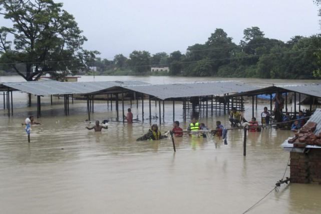 Des rescapés des inondations au Népal.... (Photo Agence France-Presse)