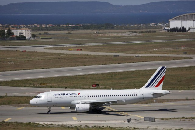 Un avion d'Air France sur le tarmac.... (PHOTO REUTERS)