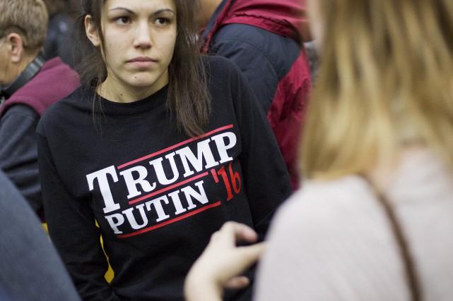 Une jeune femme porte un chandail indiquant Trump-Poutine... (Archives AP)