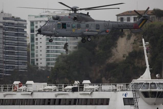 La Marine brésilienne effectue des exercices d'entraînement à... (AP, Leo Correa)