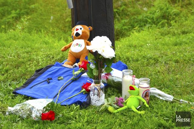 Des vêtements de la victime, des fleurs, des... (Collaboration spéciale Johanne Fournier)