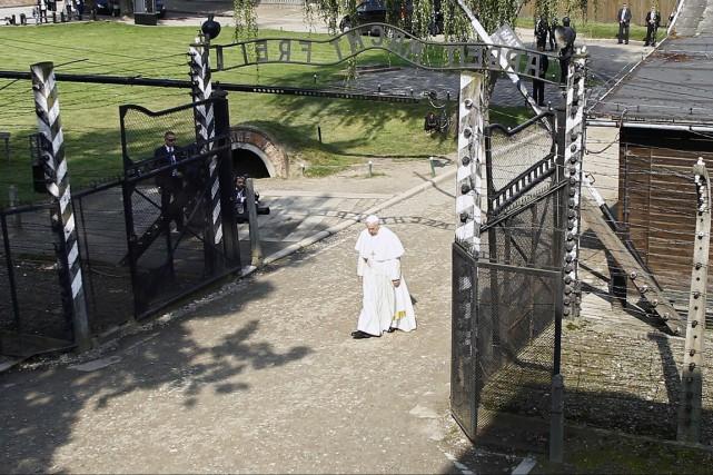 Le pape a traversé à pied, seul et... (photo Kacper Pempel, REUTERS)