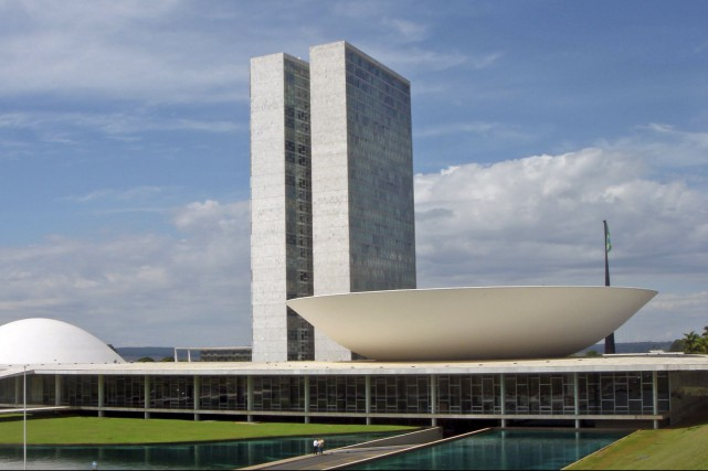 Une des réalisations de Oscar Niemeyer, le Congrès... (Photo de Mario Roberto Duran Ortiz,  tirée de Wikimedia Commons)