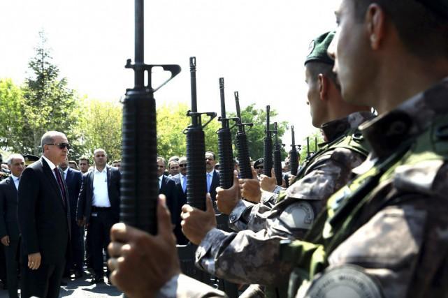 Le président Recep Tayyip Erdogan effectue une revue... (photo Kayhan Ozer Presidential Press Service, via AP)