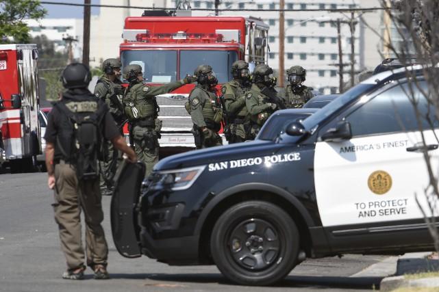 Les forces spéciales de la police de San... (AP, Denis Poroy)