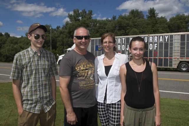 La famille Rompré, devant le convoi qui a... (Stéphane Lessard)