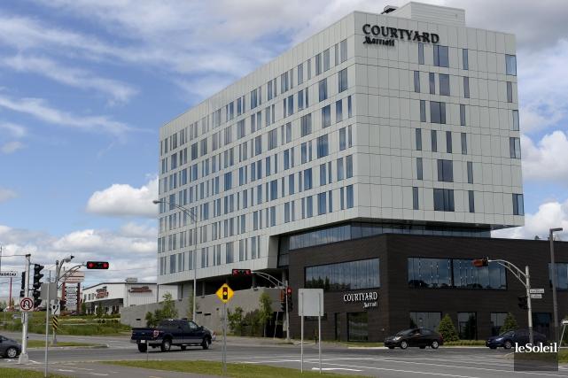 L'hôtel est situé au 900,rue des Rocailles.... (Le Soleil, Yan Doublet)