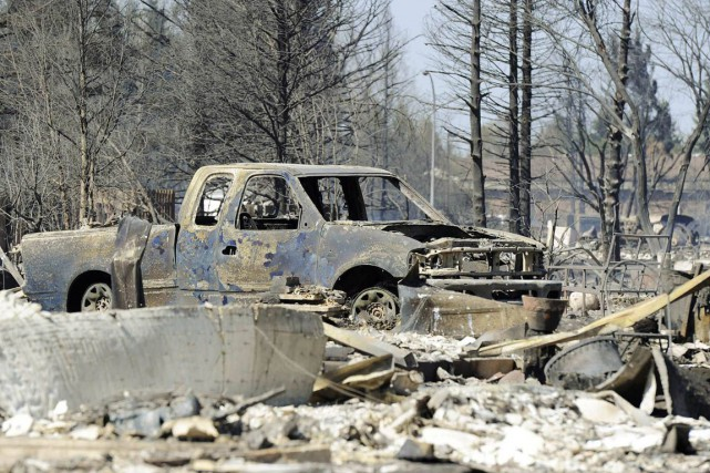 Une camionnette incendiée par les feux de forêt... (Photo: Reuters)