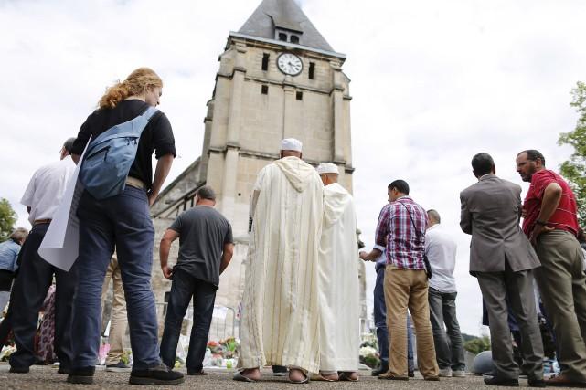 Des gens de toutes religions ont observé une... (AFP, Charly Triballeau)