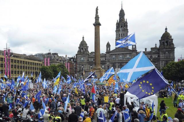 Les manifestants se sont réunis sur la place... (PHOTO ANDY BUCHANAN, AFP)