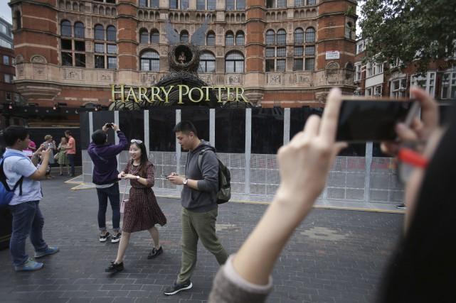 Des piétons prennent des photos du Palace, avant... (AFP)