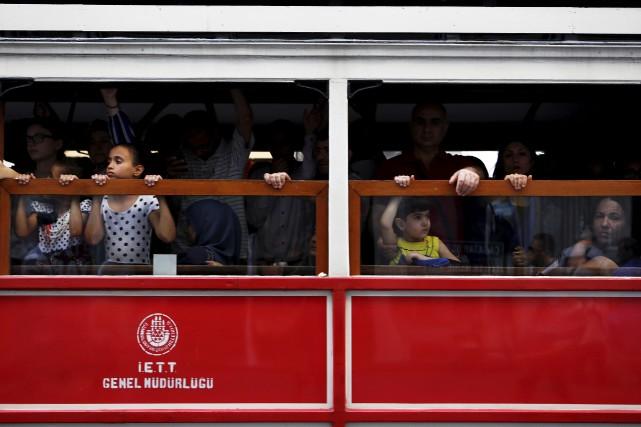 Des enfants se rendent à la place Taksim,... (Associated Press)