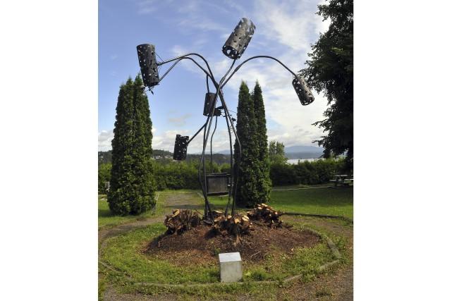 La végétation entourant L'Arbre, une oeuvre de Jacques... (Photo Le Progrès-Dimanche, Rocket Lavoie)