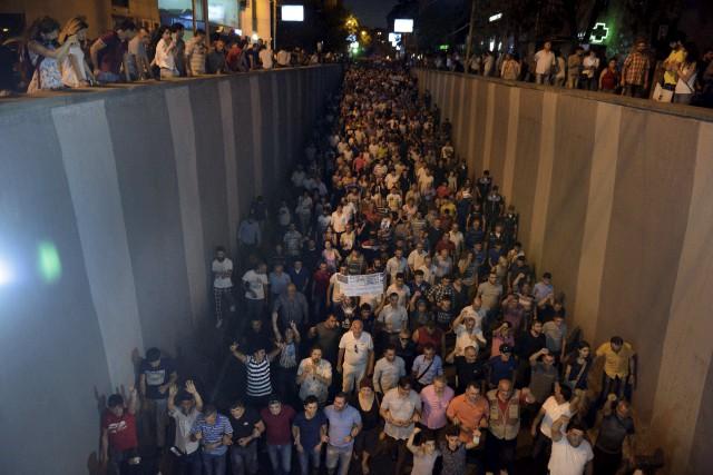 Des centaines de manifestants ont bloqué la rue... (AFP, Karen Minasyan)