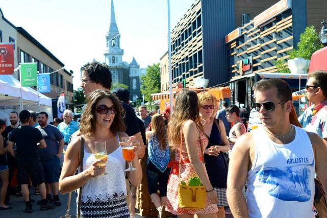 La rue Sacré-Coeur se remplissait de plus en... (Photo Le Progrès-Dimanche, Dominique Gobeil)