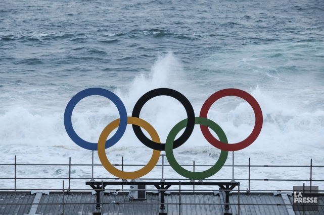 Des anneaux olympiques ont été installés près du... (AFP, Yasutoshi Chiba)