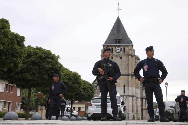 Des policiers devant l'église de Saint-Étienne-du-Rouvray.... (PHOTO PASCAL ROSSIGNOL, ARCHIVES REUTERS)