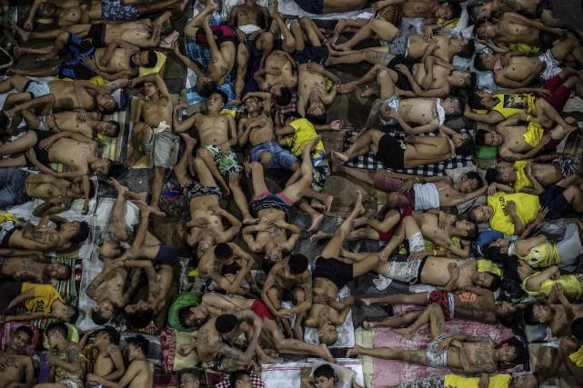 Les détenus dorment chacun leur tour sur le... (AFP)