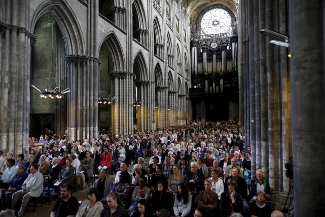 Plusieurs musulmans français, comme ici dans la cathédrale... (AFP, Charly Triballeau)