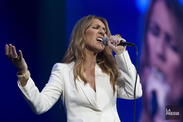 Céline Dion est apparue sur scène sobrement vêtue... (La Presse Canadienne, Graham Hughes)