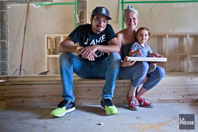 La petite famille s'est arrêtée au chantier, le... (PHOTO PATRICK SANFAÇON, LA PRESSE)
