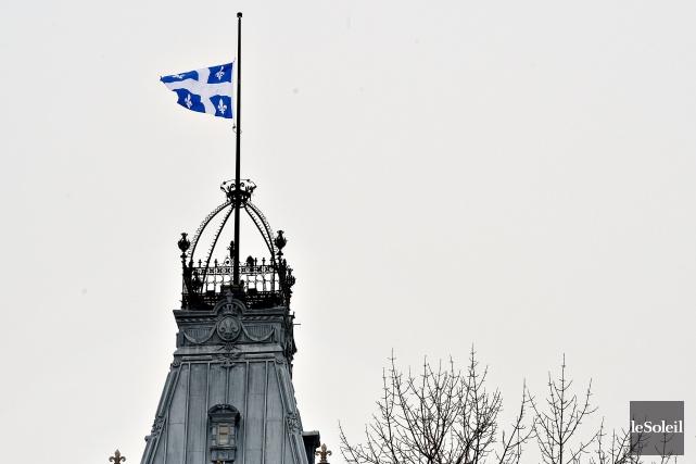 Le drapeau du Québec a été mis en berne sur la tour centrale de l'hôtel du... (Archives Le Soleil)