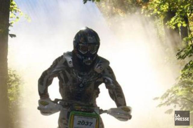 Un motocycliste circulant sur la voie publique en moto hors route a donné du... (Archives La Presse)