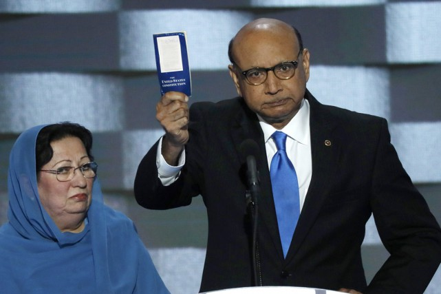 Khizr Khan a brandi une copie de la... (PHOTO REUTERS)