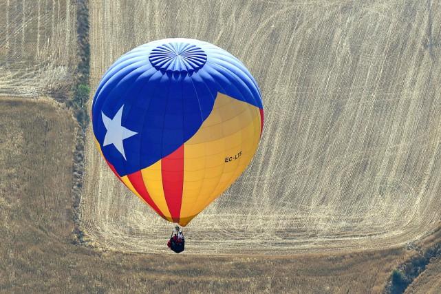 Une montgolfière aux couleurs de l'estelada, drapeau indépendantiste... (photo LLUIS GENE, archives AFP)