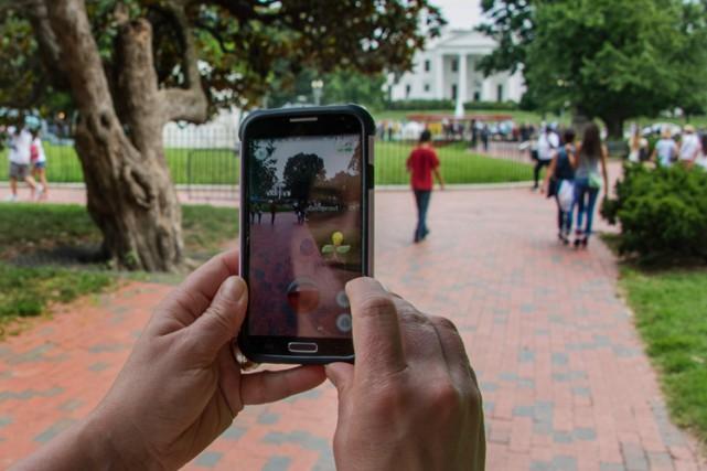 Une feme joue à Pokémon Go à Lafayette... (PHOTO AFP)