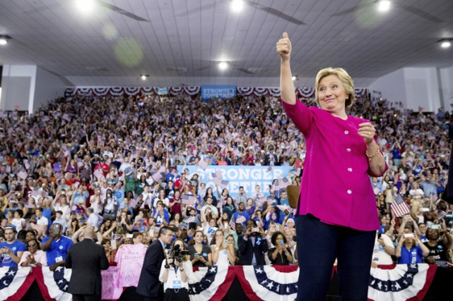 Hillary Clinton salue des partisans lors d'un rallye... (PHOTO AP)