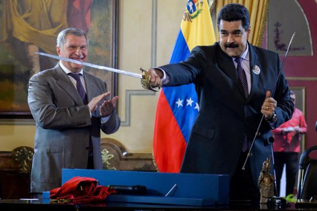 Nicolas Maduro brandit une épée qu'il a obtenue... (AFP)