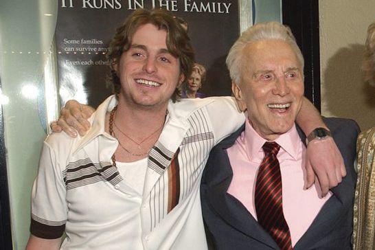 Cameron Douglas en compagnie de son grand-pèreKirk Douglas... (Chris Pizzello)