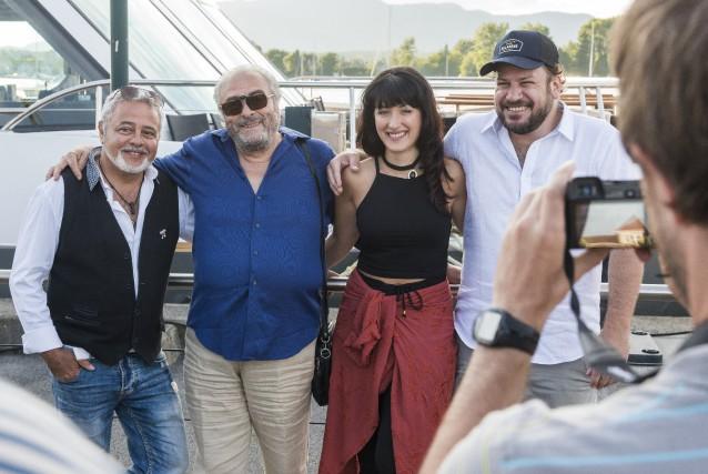 Le réalisateur Jimmy Larouche (à droite) et les... (Spectre Média, Frédéric Côté)