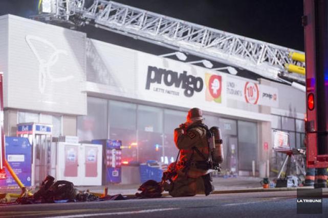 Le feu de l'épicerie Provigo de la rue... (Archives La Tribune, Julien Chamberland)