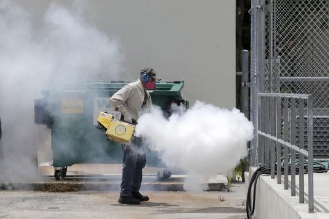 Cet employé du comté de Miami-Dade vaporise les... (AP, Alan Diaz)