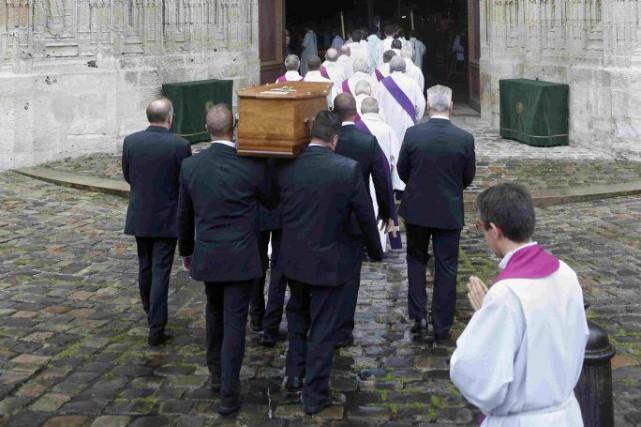 Le cercueil de Jacques Hamel est transporté à... (PHOTO JACKY NAEGELEN, REUTERS)