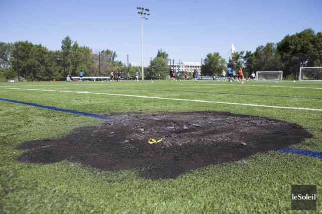 Le terrain de soccer synthétique du parc Victoria... (Le Soleil, Caroline Grégoire)