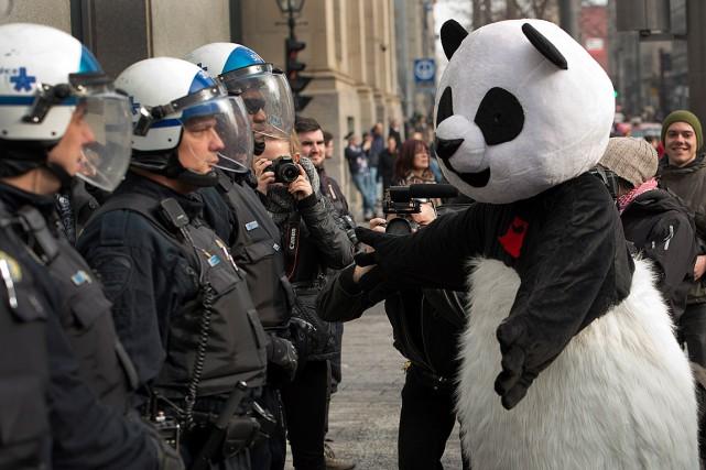 Le militant Julien Villeneuve, dans son déguisement d'Anarchopanda,... (Photo Ryan Remiorz, archives PC)