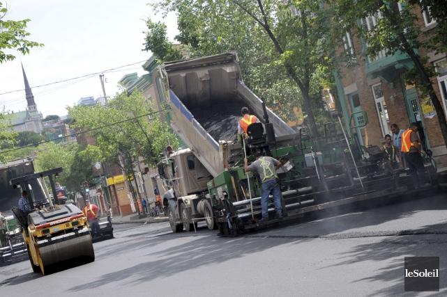 L'opération massive d'asphaltage en cours présentement dans la ville de Québec... (Photothèque Le Soleil)