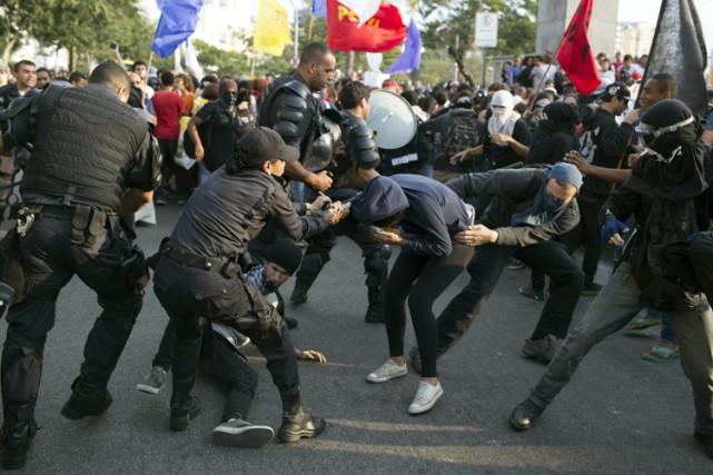 La police brésilienne a utilisé des gaz lacrymogènes mardi pour disperser des... (PHOTO AP)