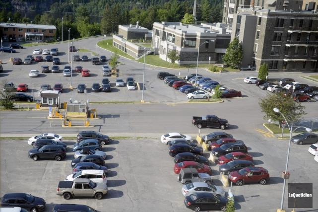 Les coûts pour les stationnements des différents hôpitaux... (Photo Le Quotidien, Jeannot Lévesque)