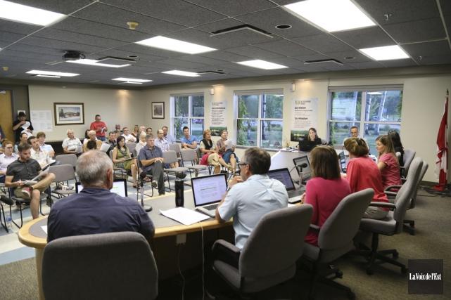 Les citoyens présents à la séance du conseil,... (Janick Marois, La Voix de l'Est)