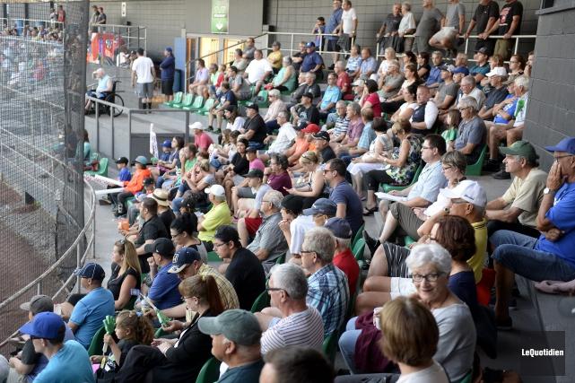 Plus de 800 spectateurs ont assisté au duel... (Photo Le Quotidien, Jeannot Lévesque)